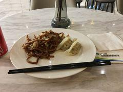 上海トランジット6時間、長すぎる だから航空券も安く買えました、58,000円ぐらいです。  プライオリティーパスで入れるラウンジで軽く食います。 2時間と言われて、自分は2時間を厳守し退出したが ほとんどの客は2時間以上滞在してた。