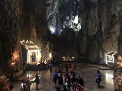観光のメインの洞窟。 とっても広いです! そして見えてる部分、全部大理石。 天井は、ミーソン遺跡同様、戦争の爆撃で穴が空いています。