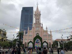 ダナンのシンボル、ピンクの大聖堂。  ハン市場や大聖堂のある辺りが、ダナンの中心地です。 アオザイができるまでの間、フェーヴァ(ダナン発のチョコ)のお店や雑貨屋さんに行きました。