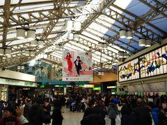 年末の上野駅☆やはり人が多いです☆ そして、紅白の広告が年末らしさを出しています。