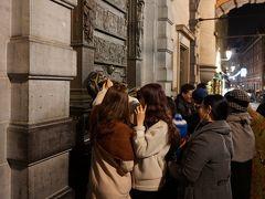 """近くに""""セルクラースの像""""があったはず。 行ってみましたが、韓国人観光客がごっちゃり固まっていて近づけませんでした…。 初めて見るわけじゃないから、いいんだけどさ。(^^;"""