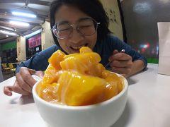 レッドライン・R14・巨蛋駅へ。日本人の間で有名なマンゴーかき氷の店へ。 芒果好忙とういうなの店。時間が遅かったのか店内はガラガラだった。限定のマンゴーアイス盛りみたいな感じのを注文。ゴロゴロマンゴーの下にはアイスクリームが入っています。でも今はいちごが旬らしい笑 でもこれを日本で食べようと思ったらかなりの値段がするのは間違いない。美味しくいただきました。