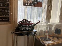 倉庫街にあるシュパイヒャーシュタット博物館へ。当時倉庫街で使われていた道具などが展示されています。規模は小さかったのですが、なかなか見応えありました。ただ、説明は基本全部ドイツ語のみでした。QRコードを読み取ってスマホで全文を英語で読めるらしいのですが、なぜか表示されず。ドイツ語の説明文に対してたま~に英語の説明文付いている時もあるのですが、どう見ても1/3程度。。。めちゃめちゃ簡略されていそうな感じです。でも私の語学力にはこれでちょうどよかったかも(^^;)  ハンブルクカードでの割引ありです。  写真のこれは箱などに印字する道具みたいです。(どこ行きとかを)