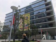 10分チョッとで到着したのは、世界一美しいといわれる図書館。 ◆高雄市立図書館総館 高雄のランドマーク85ビルの目の前にありまして、10時~開館。 ライトレール高雄展覧館駅が近いですよ。 台湾の劉培森建築事務所と日本の竹中工務店が手がけたそうで、地上8階・地下1階の建物です。