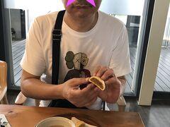 真っ先に向かったのは~ ◆微熱山丘 高雄駁二特区ブランチ 日本、シンガポール、台北と。。 見つければ、必ず世話になっております。 ココでは、我が家のカフェ代わり(笑) いつものパイナップルケーキと違い、新作を頂きました。 美味しゅうございました!毎回ご馳走様です!