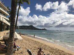 Launchを終え、またワイキキビーチを散策します。  こちらは 宿泊先の候補に挙げていた 「アウトリガー・リーフ・ワイキキ・ビーチ・リゾート」 Hotelのビーチフロントです。 抜群のロケーション♪♪ ダイヤモンドヘッドも美しく臨めます。