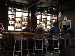 HPから予約をしていた Restaurant&Bar 「Sky Waikiki」 スカイデッキを予約してたのに、20分程待機させられた挙げ句 眺望の良いビーチ側のスカイデッキシートは 更に45分待ちです。...と(*д*;)!! 特別なシートなら スグにご案内できますがと云われ、 不信感募らせながらもこれ以上待たされるのがイヤでOkすると ソファに座ると 眺望の臨めない倉庫のような部屋に通され... (。・ _ ・。)コレじゃあルーフトップの意味がない!!