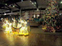 そうこうしてる間にタクシーに乗り込み ホテルへ移動します。 噂に違わぬ爆速でしたwめちゃくちゃとばしますw 急いでないですが爆走でわずか15分で JWマリオットホテルへ到着しましたw ホテルの入り口にあるクリスマスの飾り 東南アジアはまだクリスマスです。