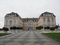 そんな感じで、改めてアウグストゥスブルク城の全景を真正面から。こんな人のいない状態で撮影できる世界遺産は中々ないです。  ケルン大司教の座にいたヴィッテルスバッハ家のクレメンス・アウグスト・フォン・バイエルン(長!)によって建てられたこの建物は、ドイツ国内に現存するロココ様式の傑作と言われる代物。  で、ロココ様式って何?って感じでWikipedia見たんだが、正直ようわからん。まぁ18世紀に流行した美術様式という位覚えておけばいいかな。