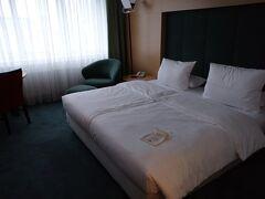 ホテルに着いた! リクエストした甲斐があったのか、何も問題なくチェックインさせてくれました。まだ10時くらいかなあ。ありがたやありがたや。 ちなみにBooking.com の予約時にリクエストフォームでチェックイン時間を入力して、バスタブありの部屋をお願いしますと書きました。すぐにホテルからOKですよ、という返事がサイト経由で届いて安心感ありました。  ホテルはFriedrichstraße駅近くにある、「マリティム プロアルテ ホテル」です。口コミしてますが、良いホテルでしたよ(´∀`)  最初は電車移動する日のことを考えてベルリン中央駅周辺にしようかと思ったのですが、やはりちょっと治安が心配で、隣の駅で探しました。Friedrichstraße駅かアレクサンダー広場近くか迷ったのですが、駅の近くで、しかもクリスマスでお店があちこち閉まってたことを考えると、私はここで正解だったなと思いました。