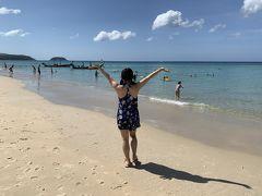 何する?やっぱり海に行きたくない?  ということで、パトンビーチは昨日の騒ぎで汚れてそうなので、 カロンビーチまでやってきました!  サラサラの白いビーチに透き通った海! かなり綺麗です!