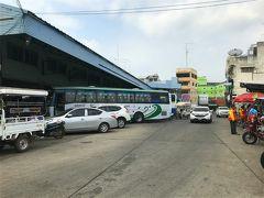 バスターミナルへ行ってみたものの、 10時のバスのチケットは売り切れで11時のバスの切符をゲット。 1時間ほど時間つぶししなければいけませんでした。