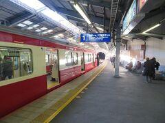 下り1番線に到着した普通電車。