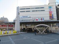 再び駅の方向をふり返ると。 駅の南西側には1997年に開業した横須賀モアーズシティ。 大きな商業施設です。あとでチラッと訪ねます。