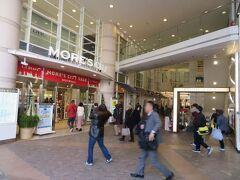 地下1階から地上9階までに多くの小売店テナントや飲食店、食料品店、スーパーなどが入りいつもにぎわっています。