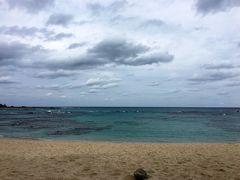 奄美空港に着いた時は、いい天気だったし、 みなとやに着いた時も、まだ晴れてたけど、 あとはずっと曇りか雨だった、奄美大島3日間。  でもね、海がきれいで景色も良いから、 お天気が悪くても、けっこう眺めを楽しめました。  きれいだと評判の土盛海岸、 曇っていてもきれいだった。 海が青いよ!!