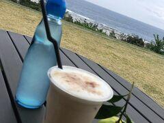 あやまる岬で景色を楽しんでから、 すぐ近くにあるみしょらんCafeで休憩。  黒糖バナナシェイク、美味しかった。 島ラムネは島みかんが効いてて爽やか。 ご自由にどうぞと置いてあった島みかんを1個いただき、 外のテーブルで撮影。  いただいた島みかんは、持ち帰ったんだけど、 食べる、という感じの物じゃなく、 お酒とかに絞って入れるといい感じ。