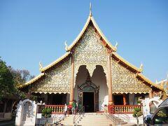 それからさらに歩き、チェンマイ最古のお寺にやって来ました。