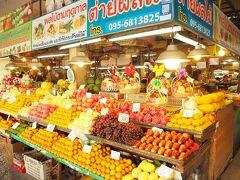 お寺を拝観した後は、タクシーでタニン市場まで来ました。  レトロな雰囲気の果物屋さん。陳列が美しい。