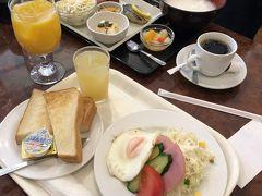 ライト洋朝食セット¥700  ライト以外に、四枚切り厚めトースト2枚目玉焼き2個とか ボリュームアップなスタンダードセット¥1000もあり。