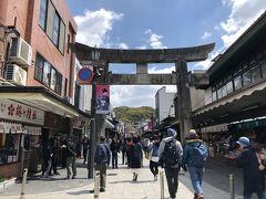 大宰府駅からは綺麗に整備された広い参道が続き、 両脇には土産物屋や食事処、雑貨ショップなどが途切れず並んでます。