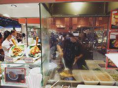 セントラルワールドのフードコートで。 思ったほど混雑はしてませんでした。 ただ働いている人が少ないので、料理は待たされました。