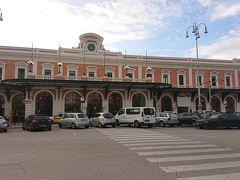 駅にやってくると今日は通常のようで車もバスもタクシーもたくさんいました。駅のチケットカウンターでルーヴォに行きたいというと、それは別会社だからそちらに行けといわれました。翌日のアルベロベッロ行きについて相談すると、バスと列車の時刻を調べてくれ列車よりバスの方が乗り換えなしで時間も早いと言うことで往復購入しました。