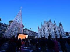 ミラノ中央駅から4駅でドゥオーモへ  地上に出ると大変な人混み!!こりゃ、スリに注意だわ(笑)。 ちょうど、夕暮れブルーモーメントで空がとっても美しい(^^♪ 20年1月1日をこんな素敵な場所で過ごせるなんて最高じゃないですか^^