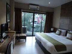 空港から20分くらいでパンナライホテルに到着。 値段のわりに高級なホテルです。 広くてきれいな客室。