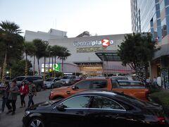 大きなショッピングセンターのセントラルプラザが街の中心のようです。 地下1階のスーパーで明日の朝食を買い、一度ホテルに帰還しました。