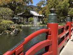 鮮やかな朱色の欄干の三連お太鼓橋を渡って。