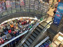 食事の後は,すぐ向かい側の24時間営業の巨大ショッピングセンター「ムスタファセンター」へ。 https://www.mustafa.com.sg/ 入口でバッグやリュックの口を,結束バンドで縛られます。