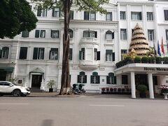 アイスを食べた後、観光がてら歩いてホテルまで戻ります。  途中、有名な【ソフィテルレジェンドメトロポールホテル】に寄り道。