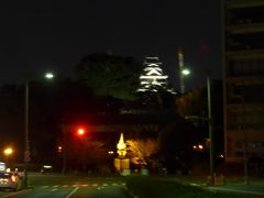 熊本市民会館で仕事を終えて桜町の交差点から見えた ライトアップされた熊本城 右手に工事中の大きなクレーンが見えます