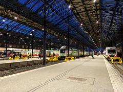 ヘルシンキ中央駅に着きました。 これぞヨーロッパの駅という雰囲気。夜の駅の様子も素敵でした。