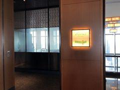 東京・日本橋『マンダリン オリエンタル 東京』38F【K'shiki】  イタリア料理【ケシキ】のエントランスの写真。  今日はこちらでランチをいただきます。  前回はディナー時に訪れました。  <営業時間> 毎日 6:30~23:30 ランチ 11:30~17:30 ディナー 17:30~23:30(ラストオーダー 22:30)  朝食ブッフェ 6:30~10:30  東京都心で本場イタリアの味をお楽しみいただける「ケシキ」は、 終日いつでも気軽にご利用いただけるオールデイダニングレストラン です。  https://www.mandarinoriental.co.jp/tokyo/nihonbashi/fine-dining/restaurants/italian-cuisine/kshiki