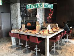 東京・日本橋『マンダリン オリエンタル 東京』38F  イタリア料理【ケシキ】の中にある【ピッツァバー on 38th】の写真。  究極のイタリアの味を味わうなら、当ホテルの「ピッツァバー on 38th」 へお越しください。ピッツァ職人、ピッツァイオーロがお客さまの 目の前の窯で焼き上げた、熱々のピッツァをご堪能いただけます。 このバーの定番メニューは、「ブファラ」。 オーガニック小麦を使った生地に、新鮮な水牛のモッツァレラチーズと トマト、バジルをトッピングした、シンプルかつ伝統的なイタリアの味 が、完璧な状態に焼き上げられます。エグゼクティブシェフの ダニエレ カーソンがこだわるピッツァ生地は、イタリア産 オーガニック小麦に1グラムのイーストを加え、80%の水分をたっぷりと 含ませたあと、48時間かけてゆっくり熟成させた、軽やかで食べやすい 生地です。  シェフズテーブルをイタリア風にアレンジした、8人席のみの大理石天板 のバーカウンターで、出来立てのピッツァをぜひご賞味ください。  <営業時間> ランチ 11:30~15:30(ラストオーダー14:30) ディナー 17:30~23:30(ラストオーダー22:00)  https://www.mandarinoriental.co.jp/tokyo/nihonbashi/fine-dining