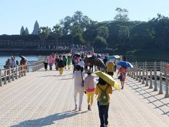 表参道は修復中のため、仮設浮橋を渡って