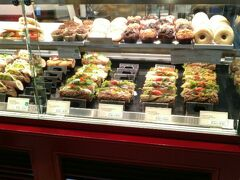 駅の中にはいくつかの売店がありましたが、LE CROBAGというサンドウィッチ店のパンが活き活きしているように見えたのでこちらで購入しました。この店を気に入り、翌日にも来てしまいました。