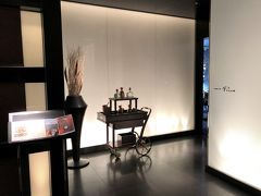 """東京・大手町『パレスホテル東京』6F【LOUNGE BAR Prive】  【ラウンジバー プリヴェ】のエントランスの写真。  リーフ形のカウンターやテラス席が優雅な時間を演出。  大人のためのシックなラウンジバー。雰囲気のあるカウンターや、 心地よい風を感じられるテラス席が、店名の""""プリヴェ  (仏語: プライベート) """"が表す通り、充実のプライベートタイムを つくります。  * お食事のラストオーダーは10:00p.m. となります。 * アフタヌーンティー のご利用時間は2時間半とさせていただいて おります。  <営業時間> 11:30a.m.~ midnight  <ドレスコード> スマートカジュアル  <席数> 76席 (テラス席25席含む) * テラス席のみ喫煙可 (シガー含む)  https://www.palacehoteltokyo.com/restaurant/lounge-bar-prive/"""