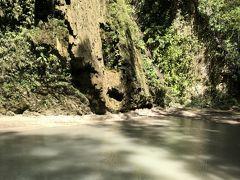 食事が終わったら少しだけ車で移動してツマログの滝へ。ここはついでならいいけどわざわざ行くほどでも、ってところ。ただ、滝つぼに天然のドクターフィッシュがいて、それは面白かった。