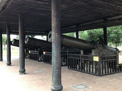 大砲  一度も使われたことがありません。初代皇帝が造らせたそうです。こちら側のは、四季を表しているそうです。超自然的な霊力があり、王宮を死守しているそうです。