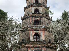 次はティエンムー寺 「天女の寺」 1601年創建。トゥニャン塔です。幸福と天の恵みを意味するそうです。