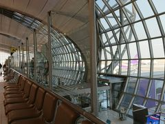 スワンナプーム空港は広大と聞き相当不安でしたが、運よくゲートまでは10分かからずすんなり到着して拍子抜け(笑)  そして何のトラブルもなく無事チェンマイ空港に到着~♪ 翌日の観光をお願いしているトラベロコ(現・ロコタビ)のmasaruさんが車で空港へ迎えに来てくれて、途中スーパーに寄ってホテルにチェックイン。