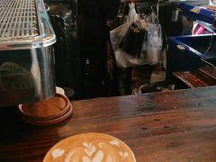 その後、山を下りてタニン市場を見学  チェンマイはカフェブームで、ラテアートも盛んと聞いてましたが 市場の片隅にあるスタンド式のカフェでもこんなラテアートが。 ちょっとしたひと手間に、おもてなしの心を感じて嬉しくなります。