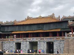 王宮門  屋根の中央が黄色、両端は緑。黄色は皇帝の色。紫禁城の午門を模して造られたそうです。中央の門は皇帝だけが通れます。左右の門は文官と武官が使用していた門。
