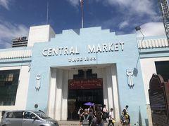 セントラルマーケットにも寄りました。時間があればゆっくり見たかった!ツインタワーの置物などコテコテのお土産は1階、細かい刺繍のクッションカバーや衣類は2階が多かったイメージ。