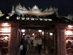 日本橋  1593年に造られた屋根付きの橋です。2万ドン札にも印刷されています。日本人によって架けられたと考えられています。  旧暦14日の18時以降だったので、無料でした。