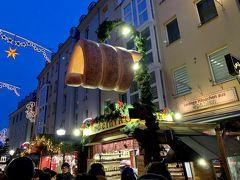 チェコお菓子、「トゥルデルニーク」の屋台もあります。 そういえば、どこかでローテンブルクのシュネーバル(雪玉)も見かけました。 各地のお菓子も楽しめますね。