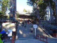 二社一寺の一つ、「日光東照宮」だヨ。 日本全国の東照宮の総本山にあたる場所で、 単に東照宮とだけ言ったら、ここ日光のだとも言えるぐらいだヨ。  まずは、拝観券をもらっておかなきゃネ。